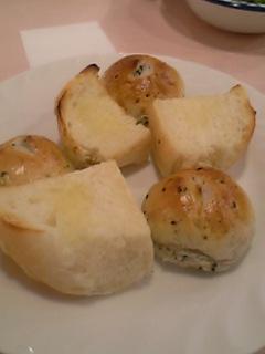 手作りパン。う~ん、パン作りにはこだわりの私にとってはこれはいけません・・。